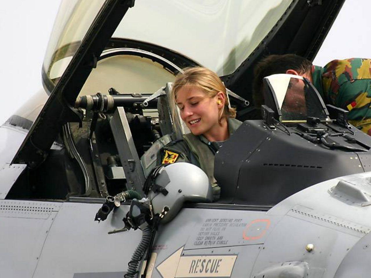 Фото девушки женщины в самолете 9 фотография